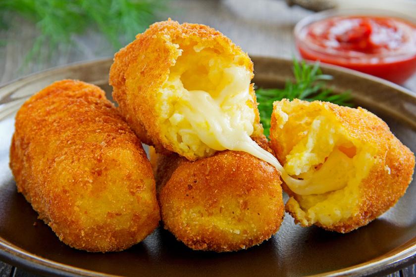 Így készül az aranybarna, ropogós burgonyakrokett: olvadt sajt van a közepén