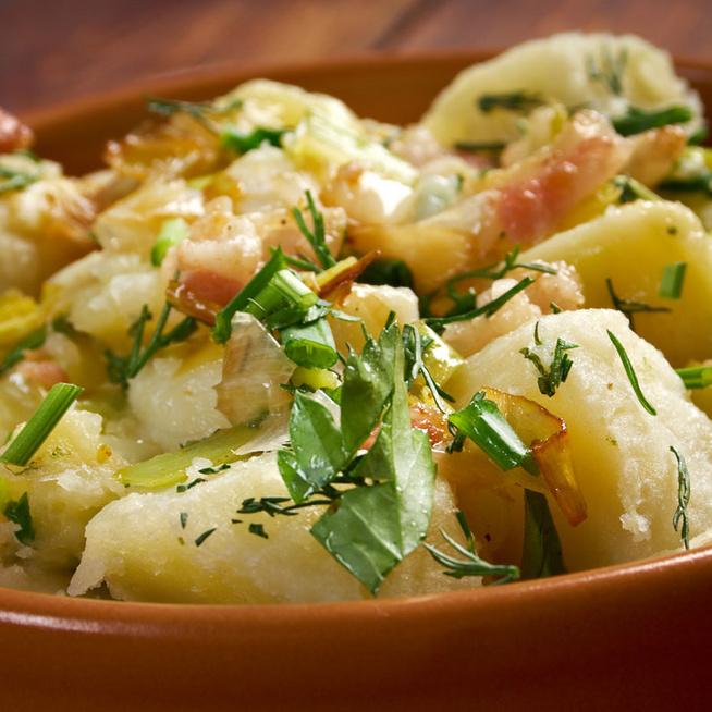Német krumplisaláta ropogós szalonnával: egytálételként is megállja a helyét