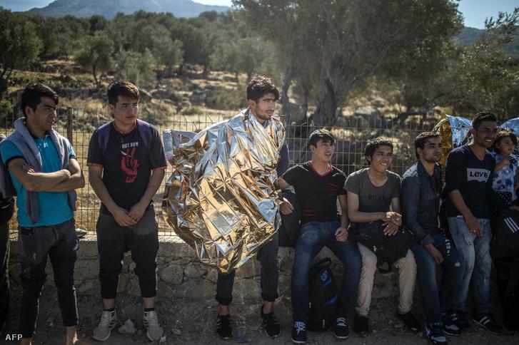 Afgán menekültek érkeztek Törökország felől Leszbosz szigetén 2019. október 1-én