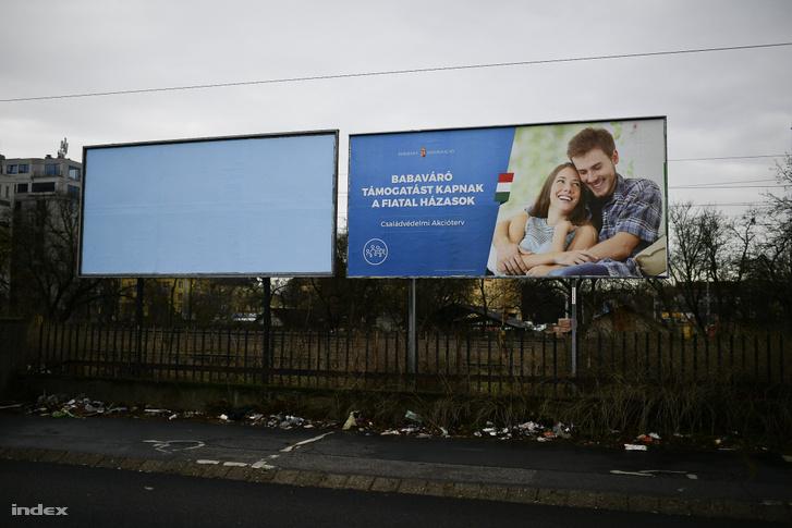 Korábbi kormány propaganda plakát a családtámogatásról