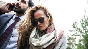 Nem hagyhatja el Törökországot a holtan talált fehérsisakos alapító özvegye