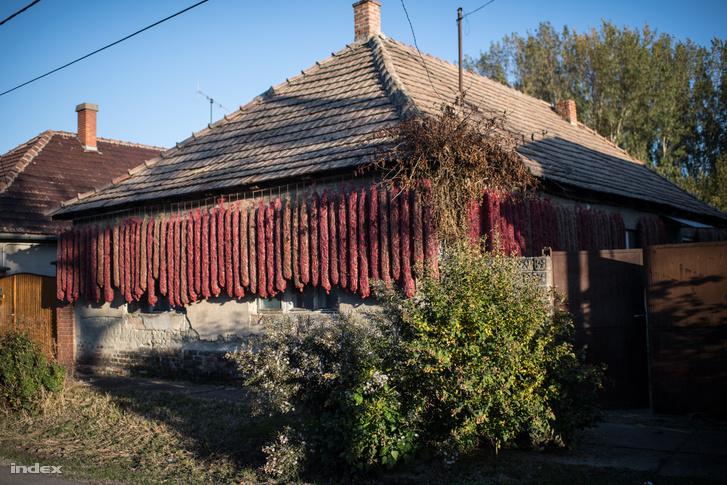 Kalocsa környékén egy tisztességes házon Rachel-zsákok lógnak