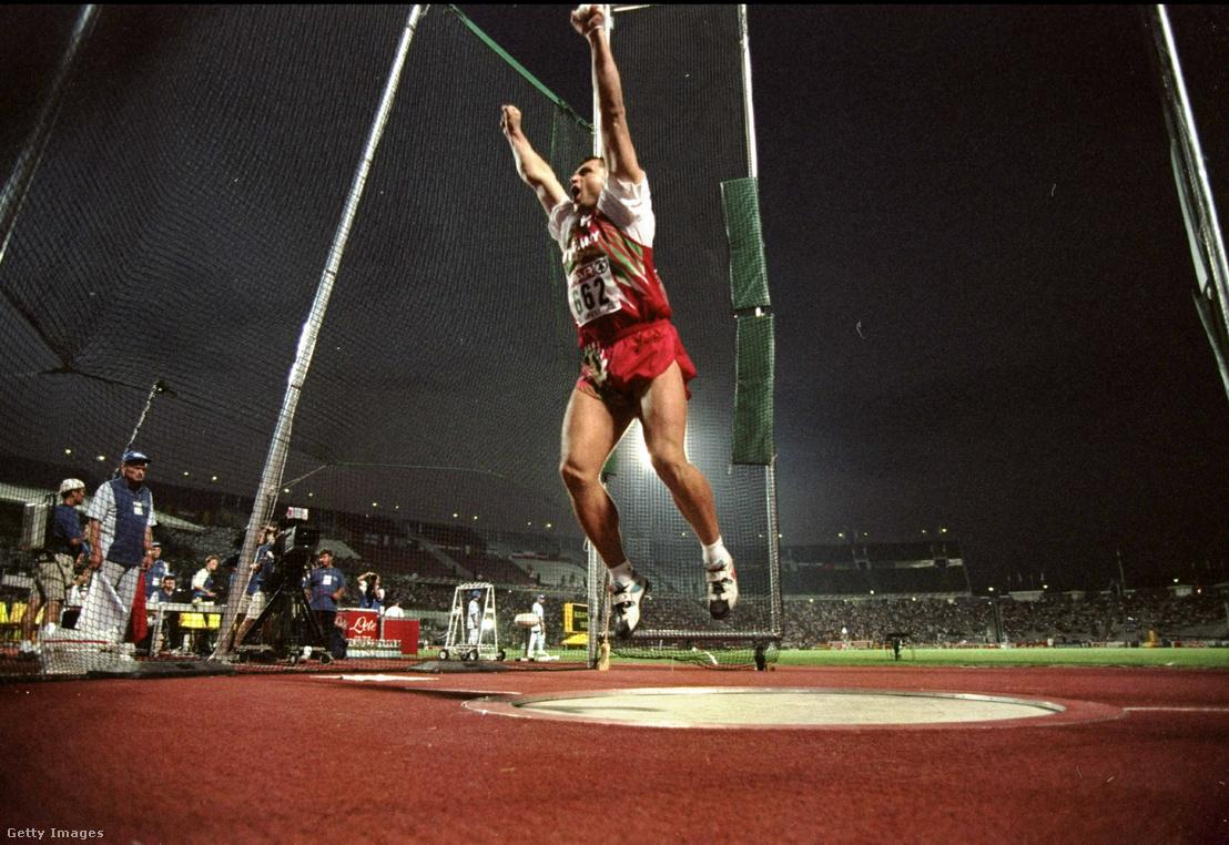 Gécsek Tibor aranyérmet érő dobása után a Népstadionban 1998-ban
