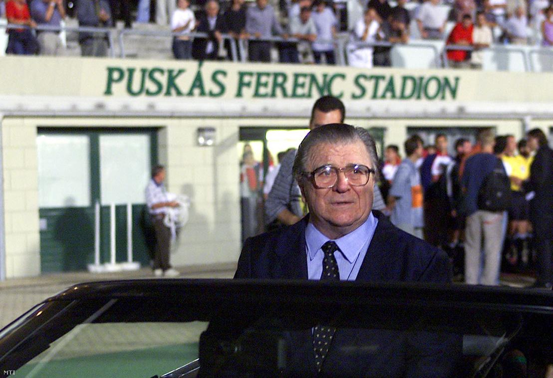 Puskás Ferenc 75. születésnapja alkalmából Puskás Ferenc Stadion névre keresztelték a Népstadiont. Az egykori labdarúgócsillag egy nyitott sportkocsiban ülve körbeautózza a pályát.