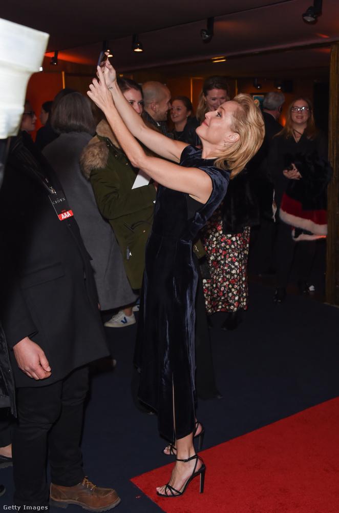 És még két jópofa fotó az eseményről: itt Gillian Anderson szelfizik.