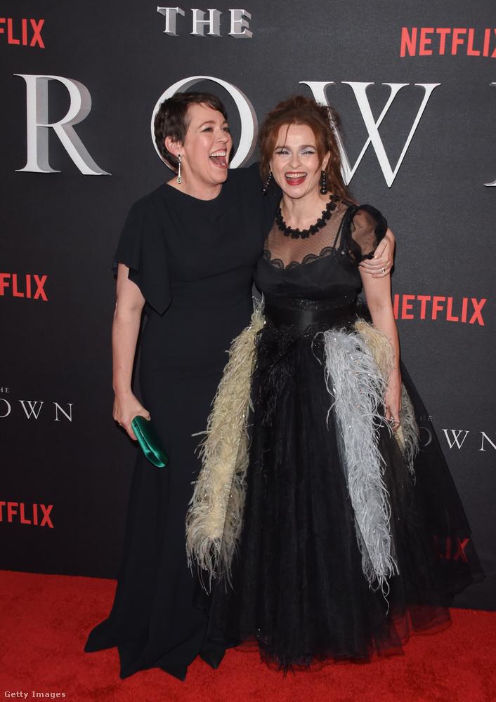 Itt pedig Olivia Colman és Helena Bonham Carter úgy nevetnek, mintha most hallották volna meg Michelle Pfeiffer viccét.