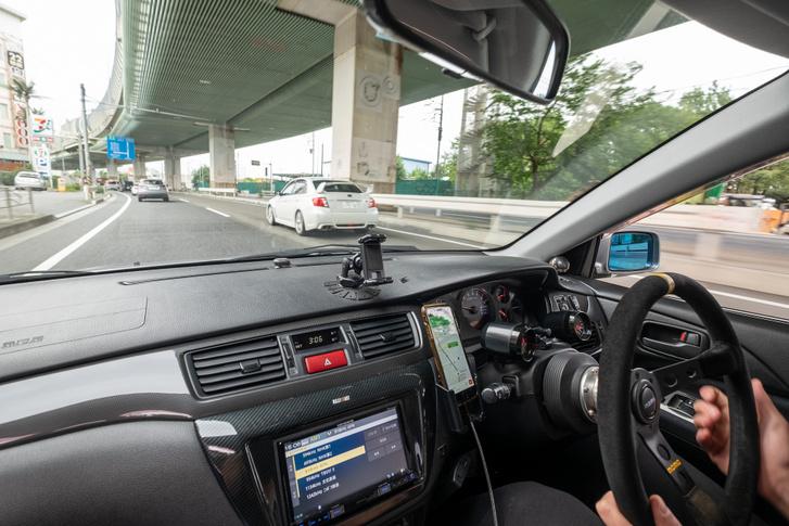 Max hergelt, nagyobb intercooleres, chippelt Mitsu Evójával már erősen Kanagawa prefektúra mélyén autózunk. A sok kütyü mindenféle radarjelző, autópálya-távjeladó-fizető, amit a kocsival kapott