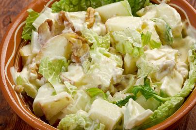 Krémes Waldorf-saláta roppanós dióval és körtével –  A klasszikus recept őszi változata