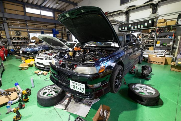 MkII-es Toyota készül a levegőben. Az a bak nagyon nem európai szabványú
