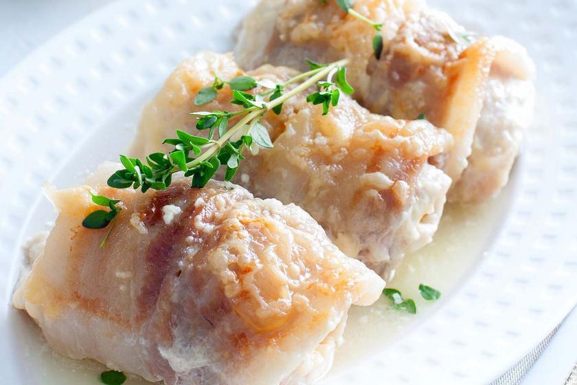 Krémsajtos csirkemell baconbe göngyölve: finom szaftos lesz