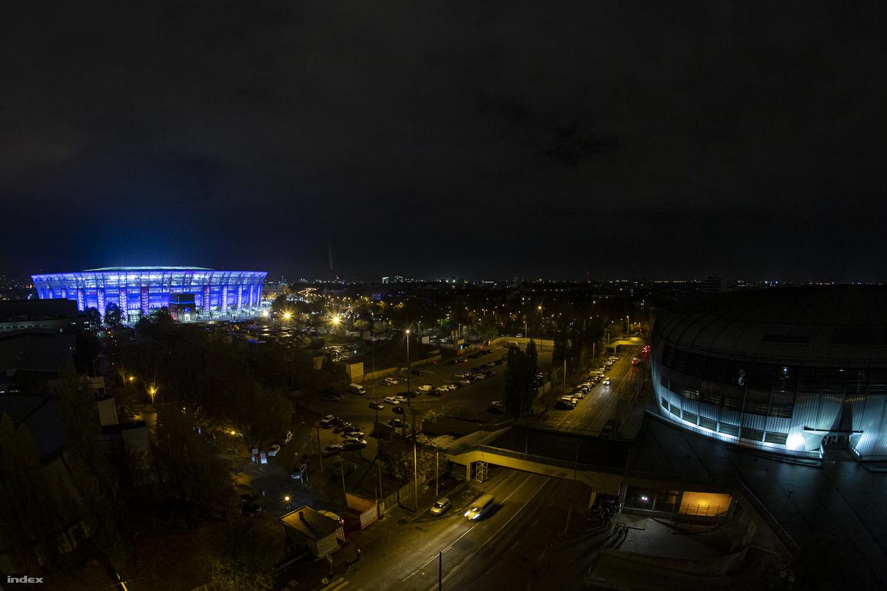 A Danubius Hotel Arena szálló legfölső szintjéről készült a kép, jobbra a Papp László Sportaréna tömbje.