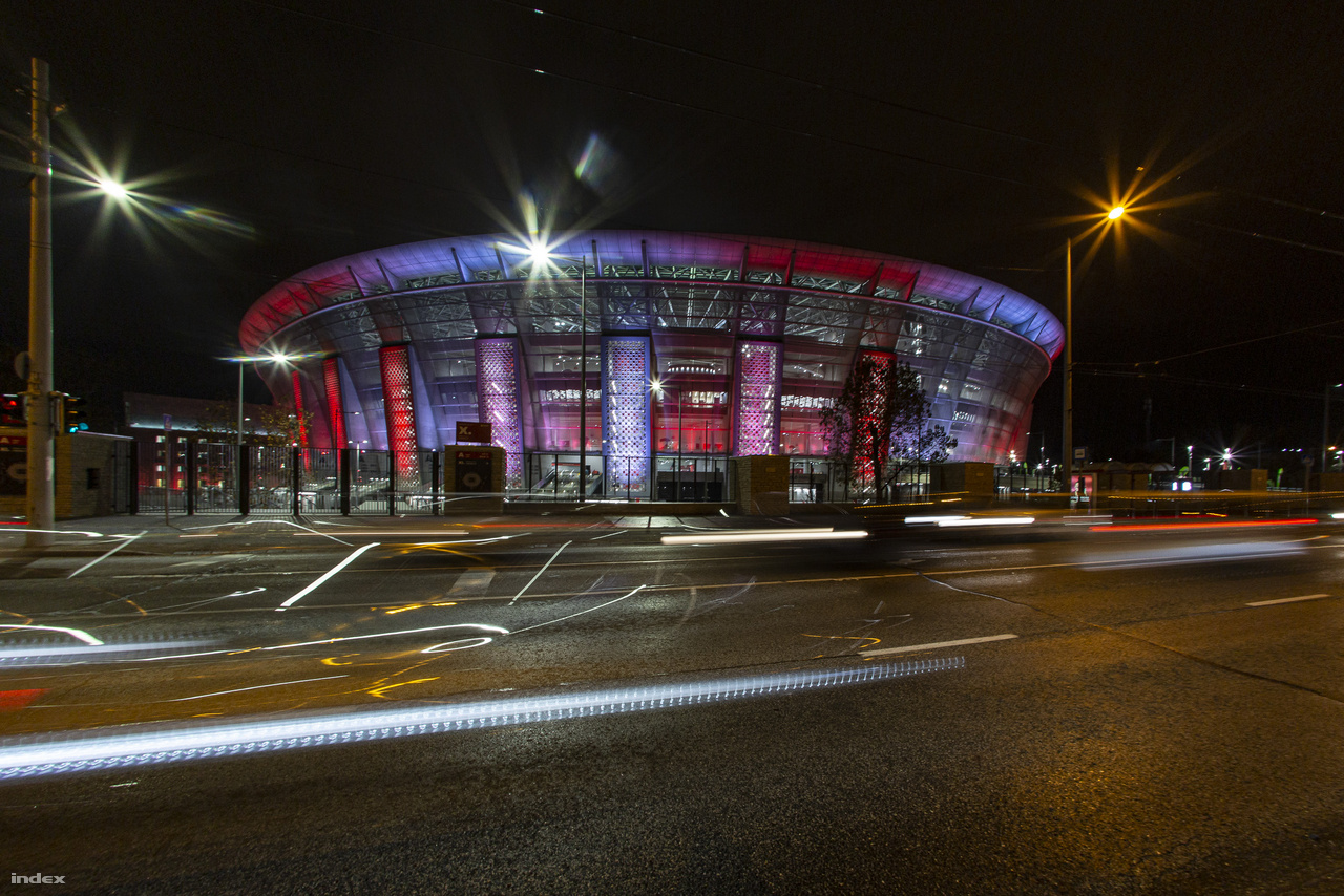 Hosszú záridővel készült felvétel a többféle színben játszó stadionról.