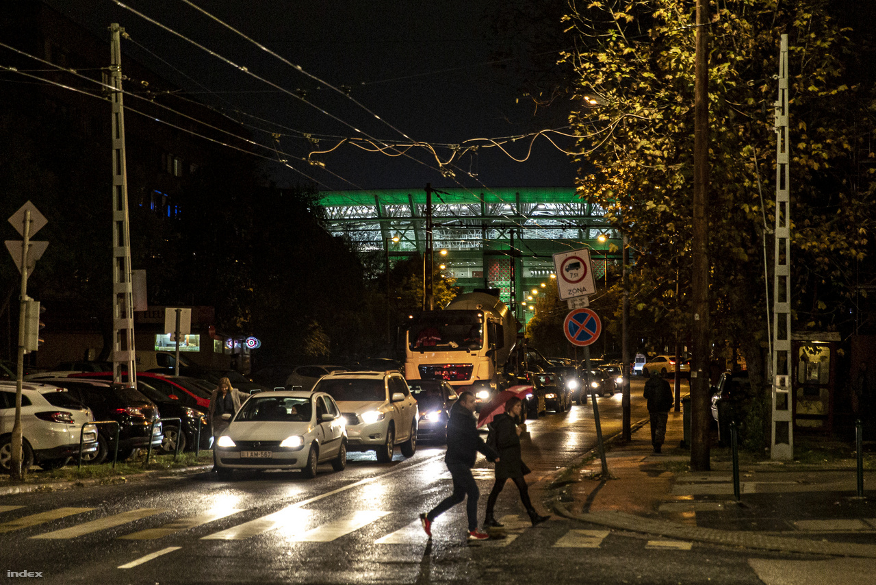 November 14., csütörtök este, a válogatott edzést tart a stadionban, ami díszkivilágításban tündököl az Egressy út végén.