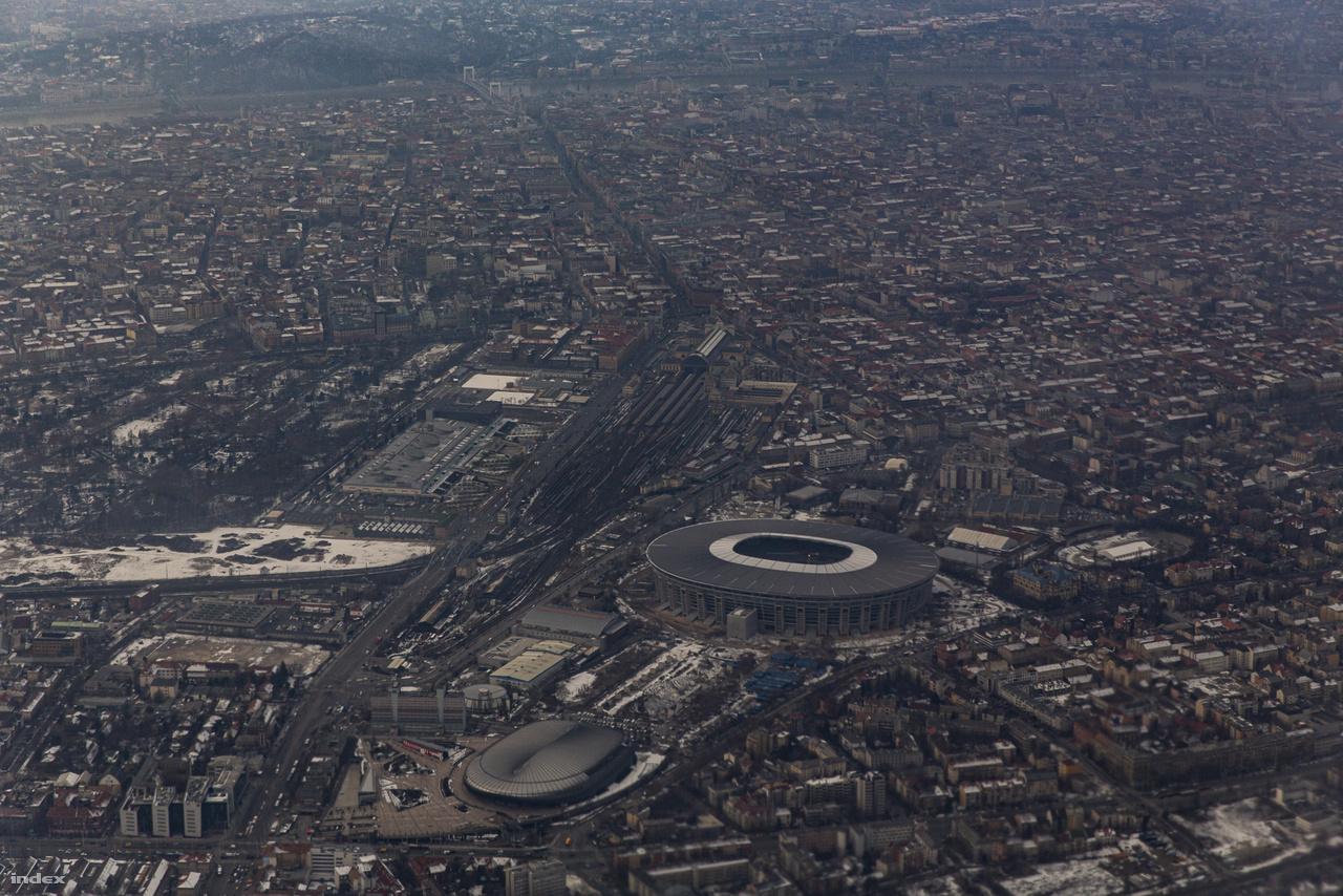2019. január 22-i légi fotó a még építés alatt álló stadionról, aminek tömbje jócskán kiemelkedik Budapest házai közül.