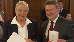 Bécs kitüntette Soros Györgyöt a CEU megnyitója előtt