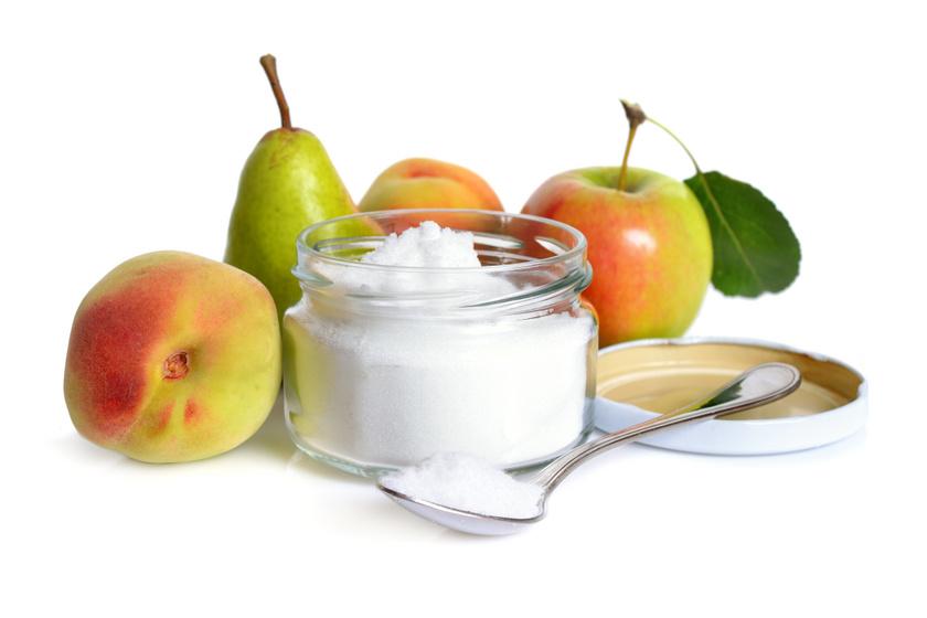 A gyümölcscukor az egyetlen valódi cukor, amelynek fogyasztása kis mértékben a cukorbetegeknek is megengedett. Ez az egyetlen, amely alkalmazható az élesztő felfuttatásához, és amely ugyanúgy karamellizálódik, mint a fehér cukor. 30-40%-kal kevesebbet kell belőle használni, mert kifejezetten édes. Azonban szénhidráttartalma (és kalóriatartalma) ettől függetlenül is igen magas, nem sokkal jobb választás, mint a fehér cukor, így csak óvatosan szabad hozzányúlni, érdemes inkább más alternatívákat keresni, ahol lehetséges.