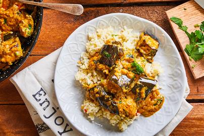 Krémes, fűszeres padlizsános curry vöröslencsés rizzsel: kókuszital lágyítja az ízeket