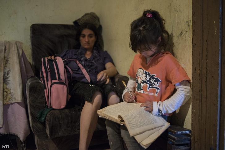 Kislány tanul édesanyja mellett egy budapesti önkormányzati szükséglakásban