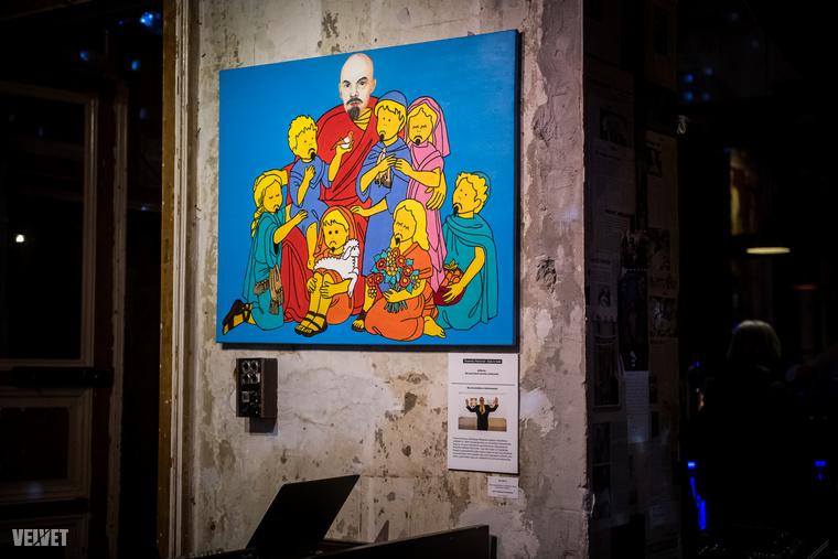 Bár művészek témaválasztása jóval visszafogottabb, mint amit drMáriástól eddig megszokhattunk, azért a mostani kiállítás sem  nélkülözte a pikírt képeket