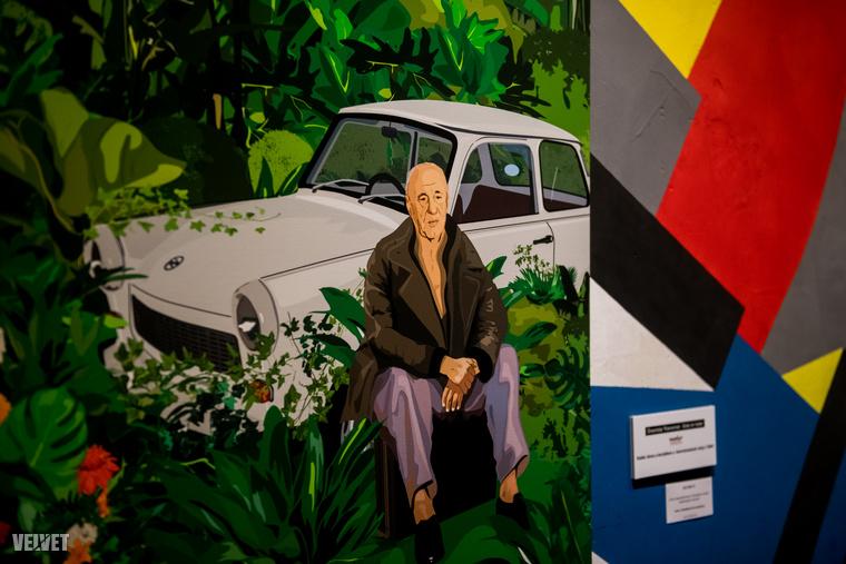 Az ő kiállított munkái közül a képen látható alkotás  kedvencünk, melyen Kádár János látható, amint kertjében várja letartóztatását