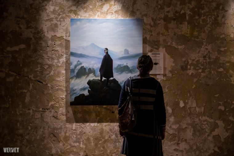 A művész képeinek középpontjában Kádár áll, ezen belül pedig életének az a néhány napos időszaka, amikor az '56-os forradalom idején Moszkvába hívták