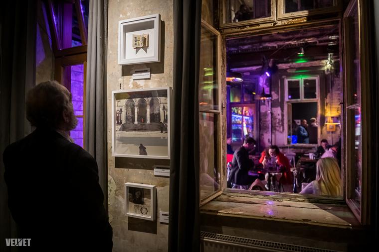Az emeleten látható drMáriás kiállítása után sétáljunk le a földszintre, hogy megnézhessük Weiler Péter alkotásait.