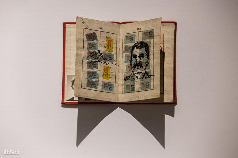 Fotónkon például egy KISZ-könyvet láthat, amibe egy péniszt rajzoltak Sztálin arcképe mellé.