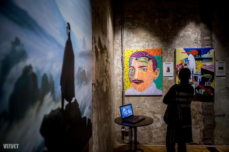 Két olyan művészről van szó, aki mindezt úgy prezentálja, hogy az könnyed, ha úgy tetszik ironikus, derűs, vagy ha nem félnék a szótól a képzőművészetben,akkor humoros.