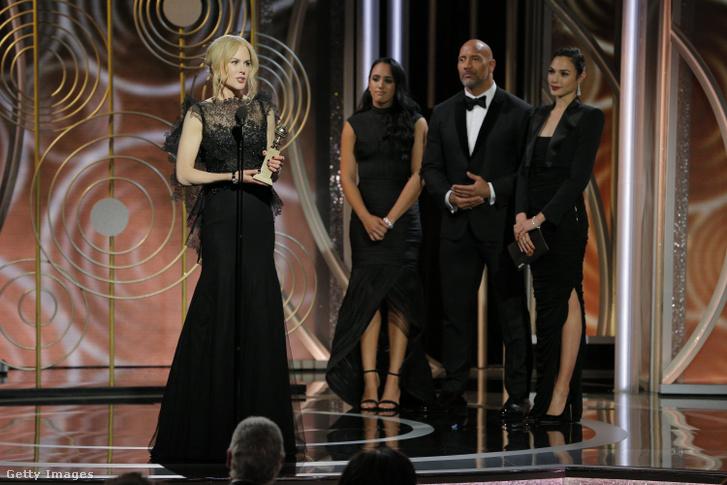 Dwayne Johnson lánya édesapja és Gal Gadot társaságában nézi, ahogy Nicole Kidman átveszi a Goden Globe díját.