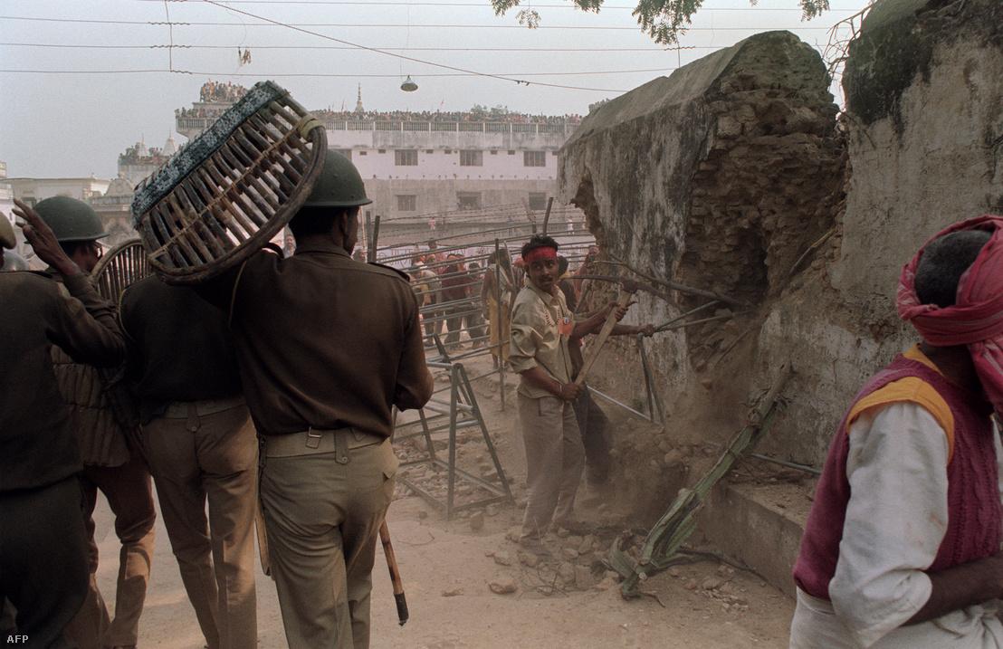 Hindu fundamentalisták vasrudakkal verik szét az Ajódhjában lévő, XVI. századi muszlim Babri mecsetet 1992. december 6-án