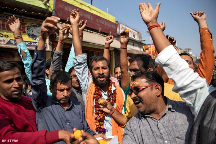Hindu hívők ünneplik a legfelsőbb bíróság döntését 2019. november 9-én Ajódhjában