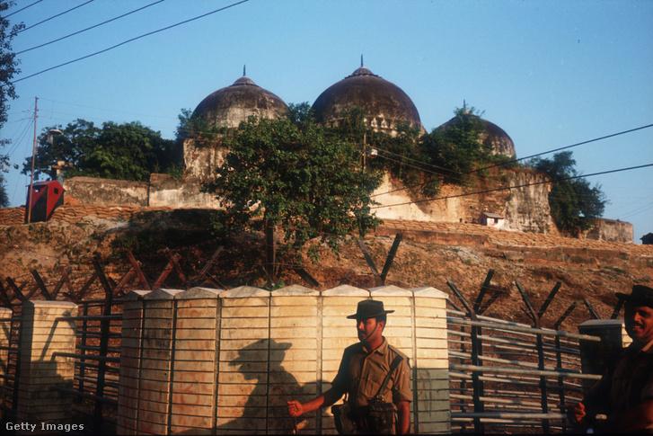 Katonák védik a Babri mecsetet a hindu militánsok támadásától 1990. október 29-én az indiai Ajódhja városában