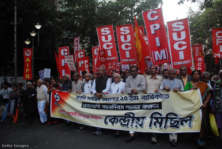 Muszlim tiltakozás a hindu nacionalista BJP (Indiai Néppárt) ellen a Babri mecset lerombolásának 25. évfordulóján Kolkatában 2017. december 6-án