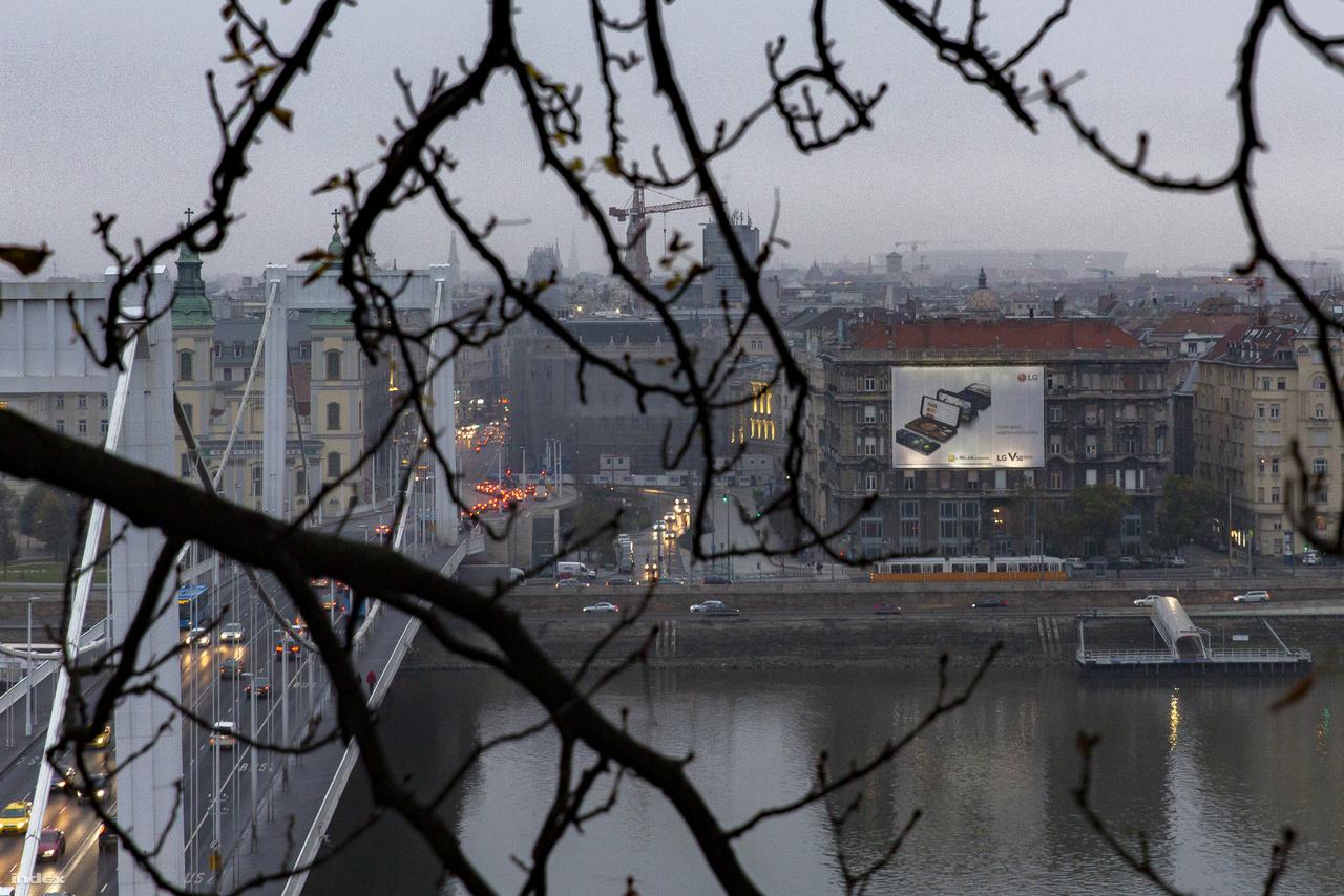 Egy szürke novemberi reggelen ennyi látszik az új stadionból a Gellért-hegy lábáról nézve.