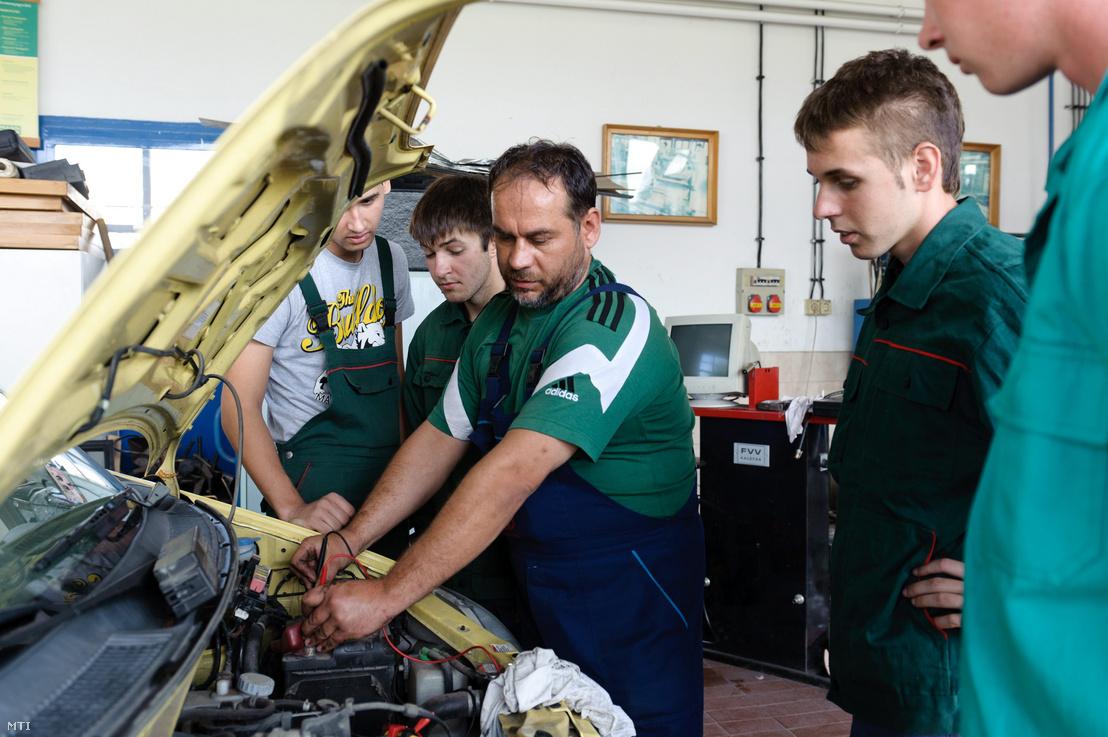 Mészáros Pál szakoktató (k) autószerelő tanulókat oktat a Borbély Lajos Szakközépiskola Szakiskola és Kollégiumban Salgótarjánban 2011-ben.