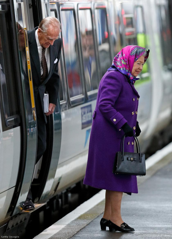 A hagyomány szerint II. Erzsébet és Fülöp vonattal érkezik a birtokra