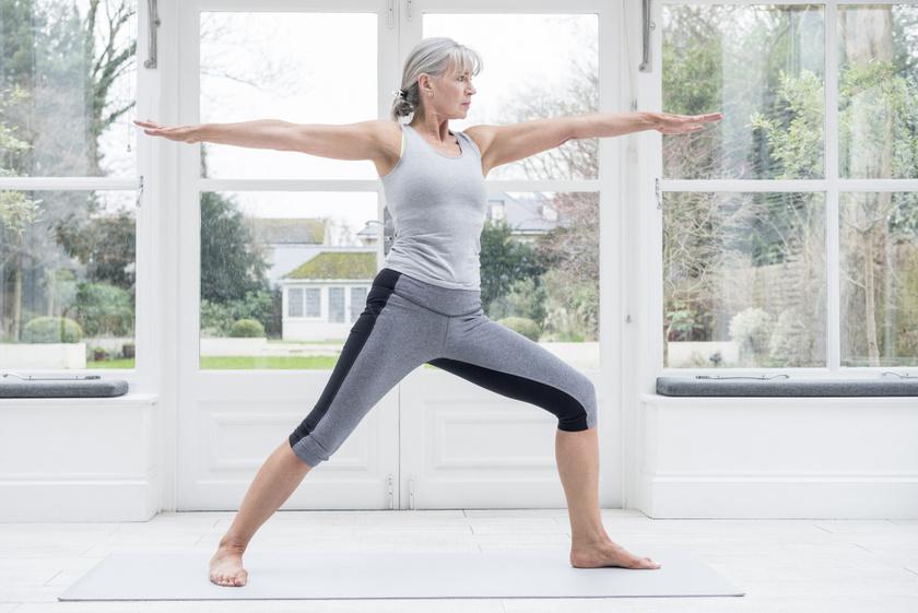 Harcos kettes póz erősíti a szívet és a légzést. Ehhez lépj ki széles terpeszbe, emeld a karokat a talajjal párhuzamosan, és nyújtózz aktívan két irányba! A póz erősíti az állóképességet, felkészíti a testet a nehezebb gyakorlatokra.