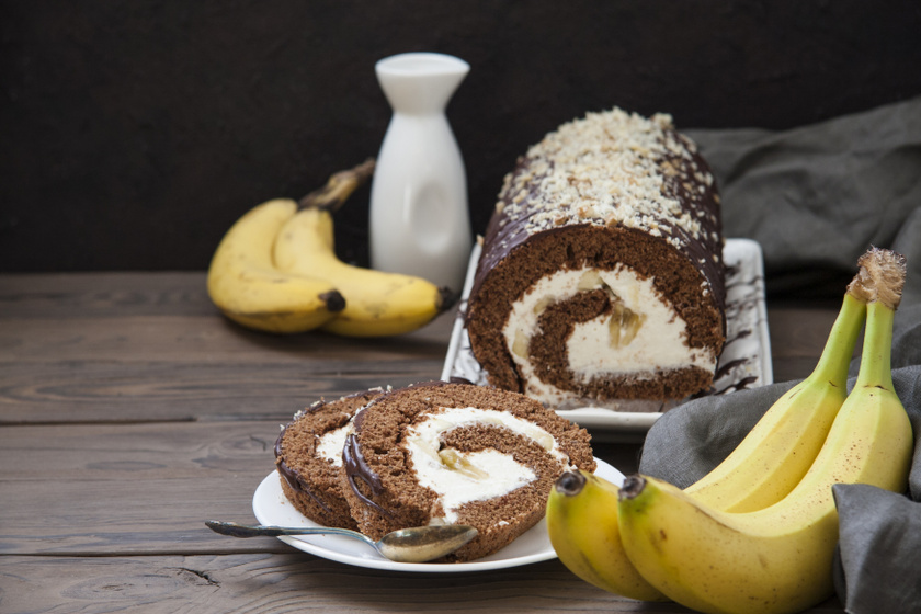 Csokis-banános piskótatekercs mascarponés krémmel: így csavard fel a kakaós tésztát, hogy ne törjön