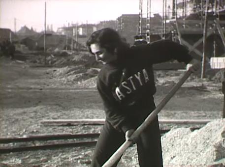 Kovács Gizi, a Bástya atlétája lapátol.Forrás: Filmhíradók Online