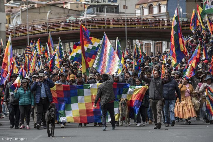 Evo Moralest támogató tömeg vonul fel indián zászlókkal az elnök lemondását követően