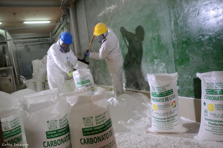 Munkások litium-karbonáttal töltenek meg zsákokat az Uyuni sivatagban 2017-ben.