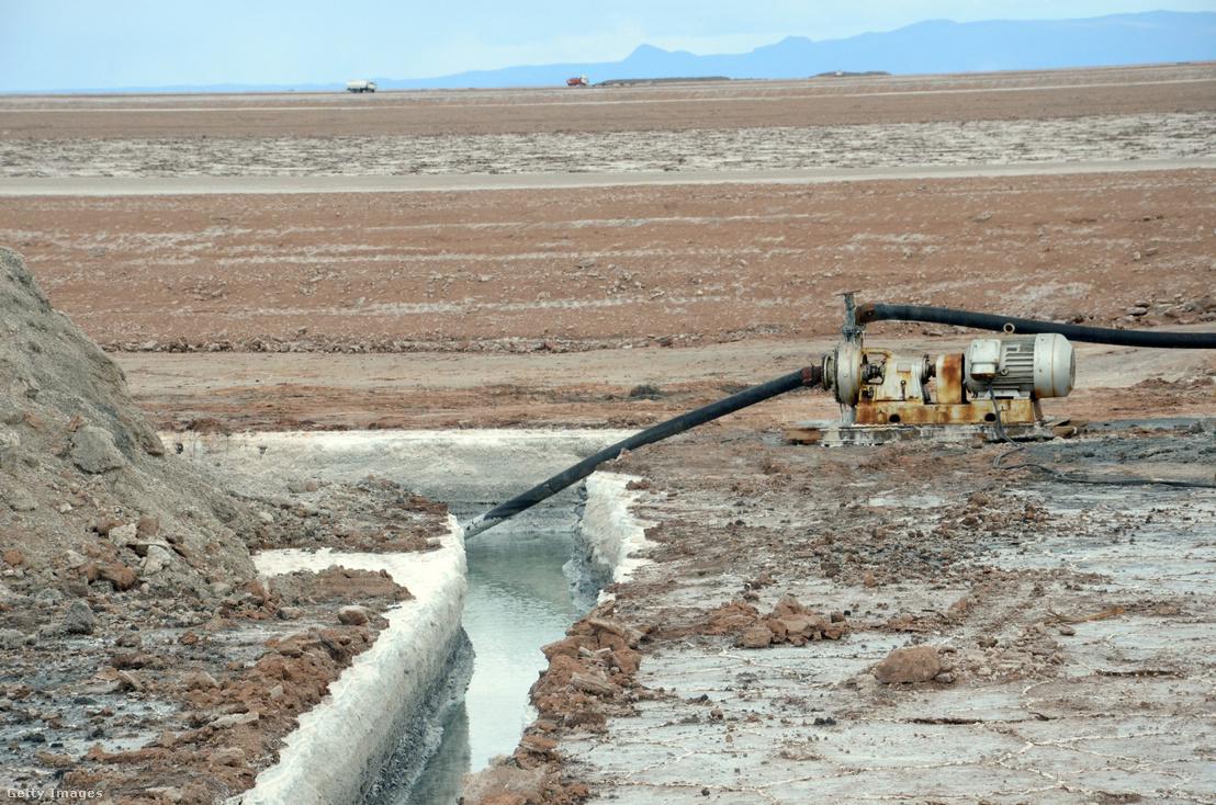Nyers sóoldat kinyerésére létrahozott csatorna az Uyuni sivatagban