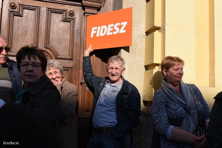 Szimpatizánsok a Fidesz székesfehérvári kampányzáróján 2018-ban