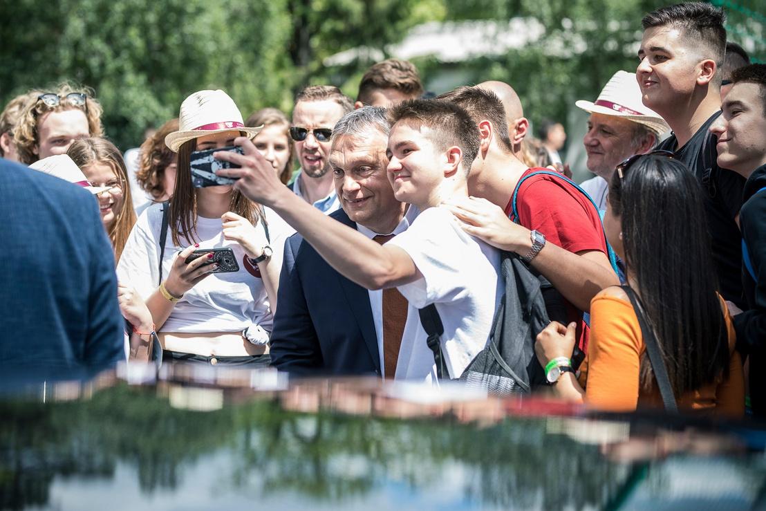 Fiatalok szelfiznek a miniszterelnökkel