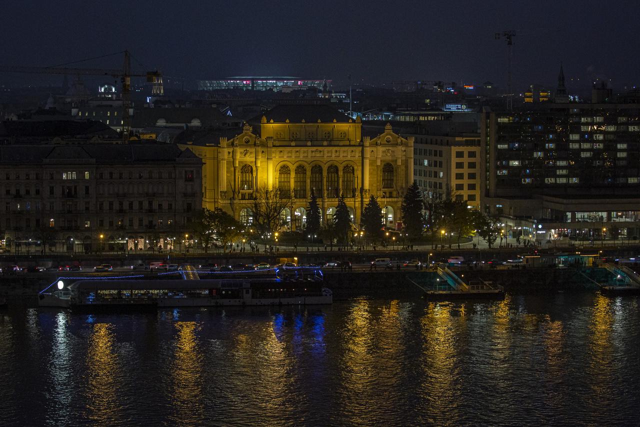 Este, kivilágítva a város egyik legfényesebb objektuma.