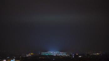 Hatalmas projektor a Puskás Aréna, ami a magyar zászlót vetíti az égre