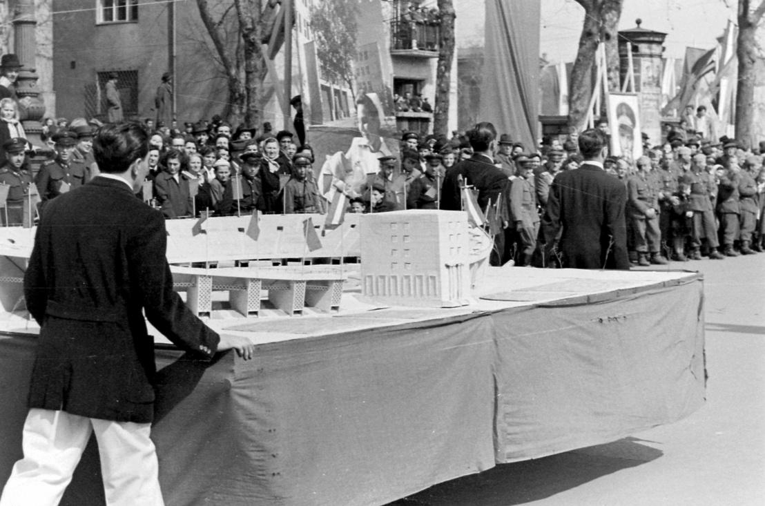 Andrássy (Sztálin) út a Hősök terénél, 1952. április 4-i ünnepség. A Népstadion makettje.