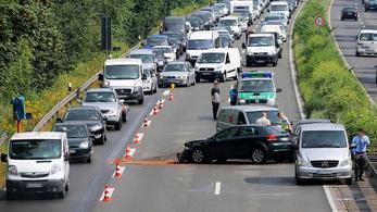 Börtön járhat Németországban a baleseteket fotózóknak
