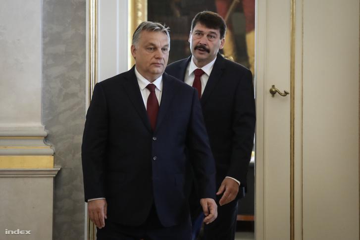 Orbán Viktor és Áder János érkezik egy 2018-as sajtótájékoztatóra