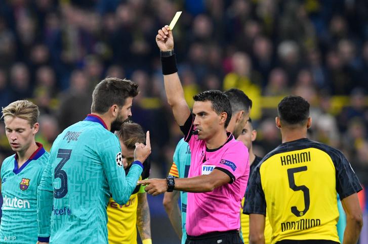Ovidiu Hategan sárgát mutat Gerard Pique-nek, a Borussia Dortmund – FC Barcelona UEFA Bajnokok Ligája mérkőzésen szeptember 17-én